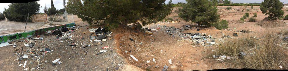 Vista panorámica en la que se puede observar como los escombros provenientes del ecoparque  continúan sin limpiarse, en el barranco del Carraixet