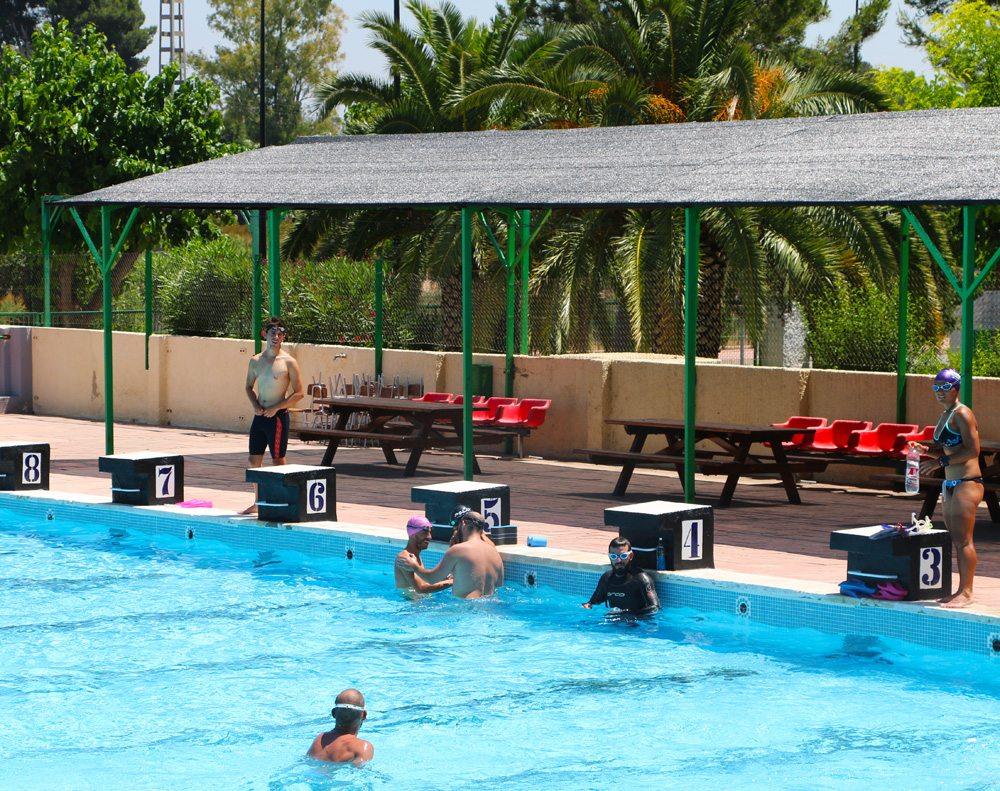 Foto: esportistes entrenant a la piscina del poli