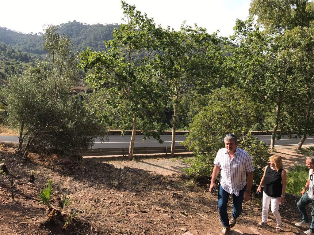 L'alcaldessa de Serra, Alicia Tusón, i el diputat Josep Bort durant la visita a la Font de Sant Josep_05